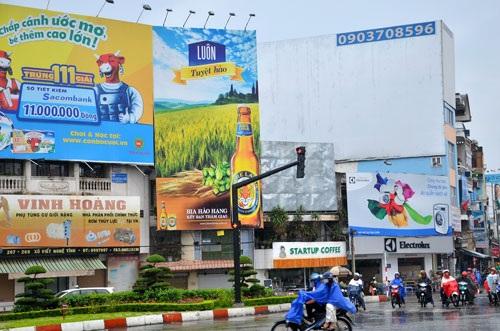 Việc xin cấp phép quảng cáo ngoài trời hiện nay của doanh nghiệp còn nhiều vướng mắc Ảnh: Tấn Thạnh