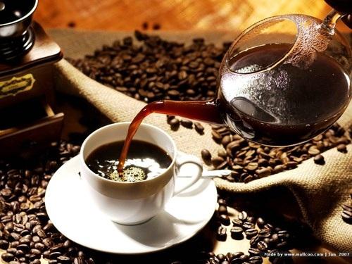 Uống cà phê ngay trên giường cũng là một thói quen xấu khi thức giấc