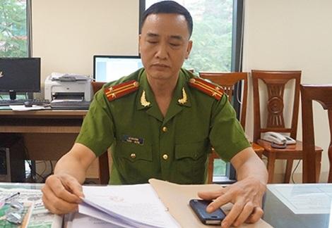 Trung tá Lê Văn Dũng đang nghiên cứu hồ sơ một vụ nữ sinh mất tích.
