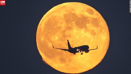 Hành khách háo hức với trải nghiệm ngắm trăng trên máy bay. Ảnh: CNN.