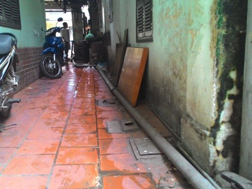 Mặt đường Quán Thánh cao hơn toàn bộ phần nền của khu nhà số 146 nên để thoát nước tạm thời, UBND phường đã phải lắp ống và dùng máy bơm đẩy nước thải ra ngoài.