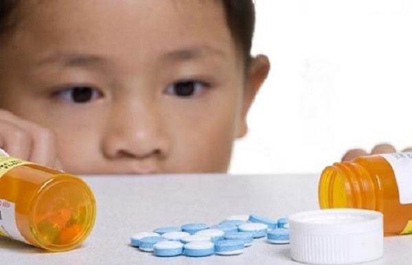 Trẻ có thể gặp nguy hiểm khi uống nhầm thuốc tây. Ảnh minh họa