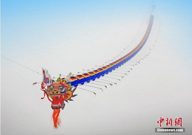 Kỷ lục chiếc diều dài nhất thế giới thuộc về chiếc diều hình rồng dài 6.000 tại lễ hội diều ở thành phố Trung Khánh.