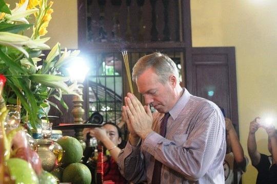 Đại sứ Mỹ đội mưa đưa mẹ lên chùa Quán Sứ làm lễ Vu lan - 8