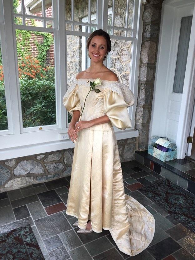 Đến đời Abigail, chiếc váy đã trở nên quá ngắn