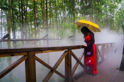 Du khách Việt Nam duyên dáng trong tà áo dài tại khu bảo tồn gấu trúc ở ngoại vi Thành Đô (thủ phủ tỉnh Tứ Xuyên).