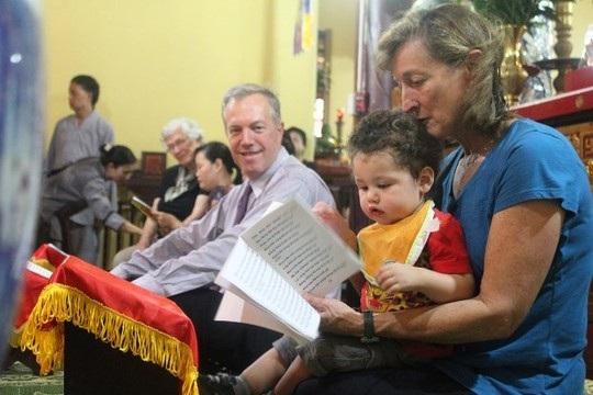 Đại sứ Mỹ đội mưa đưa mẹ lên chùa Quán Sứ làm lễ Vu lan - 10