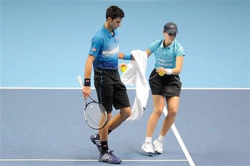 Djokovic nhận khăn để lau mồ hôi từ một tình nguyện viên trong trận đấu