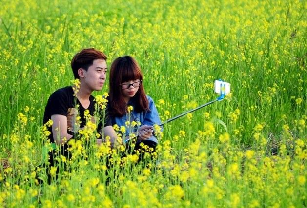 Những cặp đôi yêu nhau thì tự tìm cho mình một góc riêng tư để tạo dáng chụp ảnh