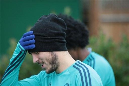 Hazard cười đùa bước ra sân tập. Tiền đạo người Bỉ rất nỗ lực thi đấu trong thời gian gần đây, nhưng anh chơi không hiệu quả