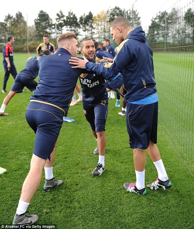 Chambers, Walcott và Gibbs cùng nhau tập luyện