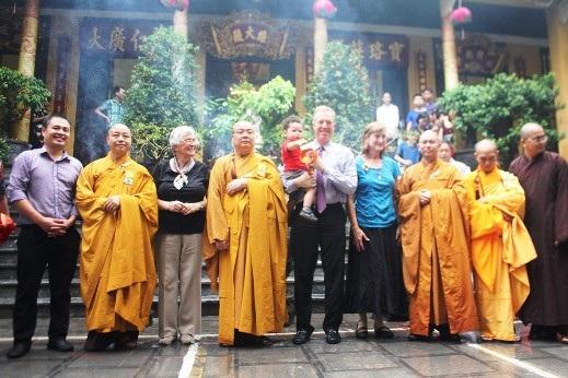 Kết thúc buổi lễ, Ngài Ted Osius và các nhà sư chùa Quán Sứ chụp ảnh làm lưu niệm
