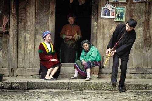 Họ yêu thích cả phong tục tập quán, điệu khèn của chàng trai dân tộc hát cho người họ yêu...