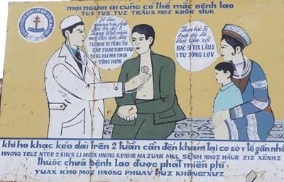 Tấm áp phích tuyên truyền bảo vệ sức khỏe người dân được thể hiện bằng song ngữ Việt - Mông tại huyện Mèo Vạc, tỉnh Hà Giang. Ảnh: Nguyên Đức