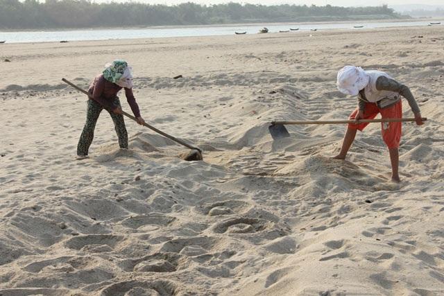 Cào cát để tạo rãnh.