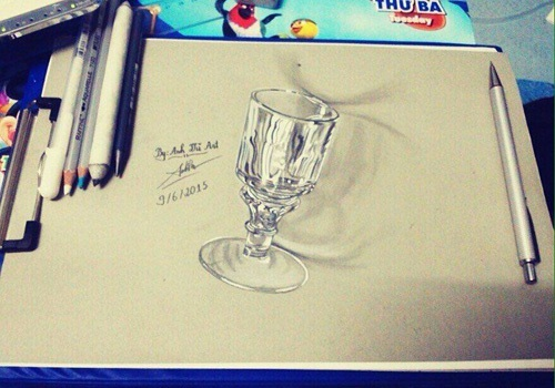 Nhiều người lầm tưởng chiếc ly đang đặt trên giấy