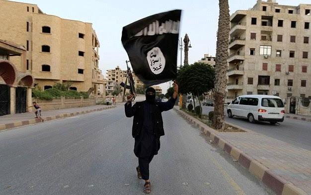 Một tay súng IS tại Syria (Ảnh: Daily Mail)