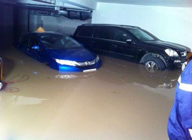 Xe ngập nước tại tầng hầm chung cư Green Hills đêm 15/9/2015.