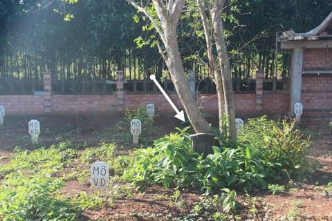 Ngoài những mộ vô danh, có những mộ có tên được khắc bia (mũi tên).