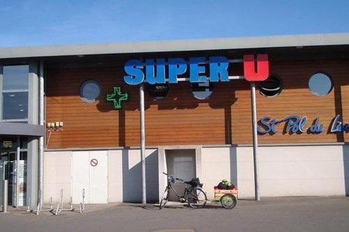 Chiếc xe của ông David đỗ bên ngoài siêu thị Super U.