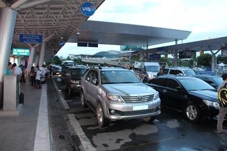 Các xe ưu tiên đậu thành 3 hàng trước khu vực ga đến gây ùn tắc giao thông trong sân bay