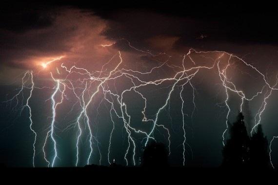 Người ta có thể nhìn thấy ánh sáng từ những tia sét ở khoảng cách hơn 400 km (Ảnh: Mysteriousuniverse)