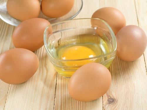 Không bao giờ được phép ăn trứng sống bởi vì chúng có thể chứa vi khuẩn Salmonella