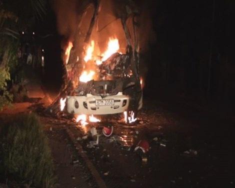 Xe khách cháy rụi vì tai nạn giao thông nghiêm trọng, 1 người chết - 2