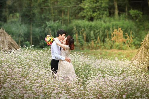 Cặp đôi mê phượt cũng không quên ghi lại kỉ niệm hạnh phúc bên cánh đồng hoa tam giác mạch đẹp ngây ngất