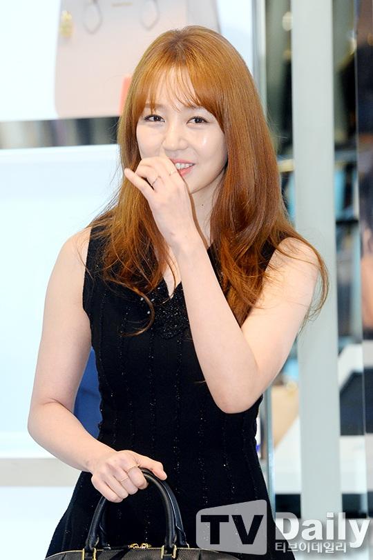 Sau một thời gian biến mất khỏi làng giải trí, Yoon Eun Hye ngay lập tưởng trở thành tâm điểm của sự kiện thời trang ngày 11/12.