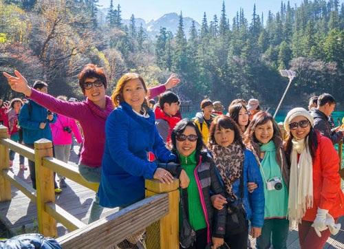 Đông nghịt du khách chụp hình kỷ niệm bên các hồ nước.