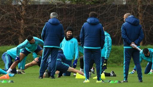 Costa thực hiện bài khởi động cùng các đồng đội trên sân