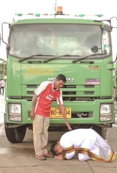 Cảm động bức ảnh tân cử nhân quỳ gối trước xe rác của cha - 1