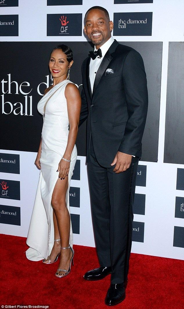 Hai vợ chồng Will Smith mỉm cười với các phóng viên. Họ vẫn luôn xuất hiện hạnh phúc bên nhau bất chấp những tin đồn rạn nứt hôn nhân suốt thời gian qua.