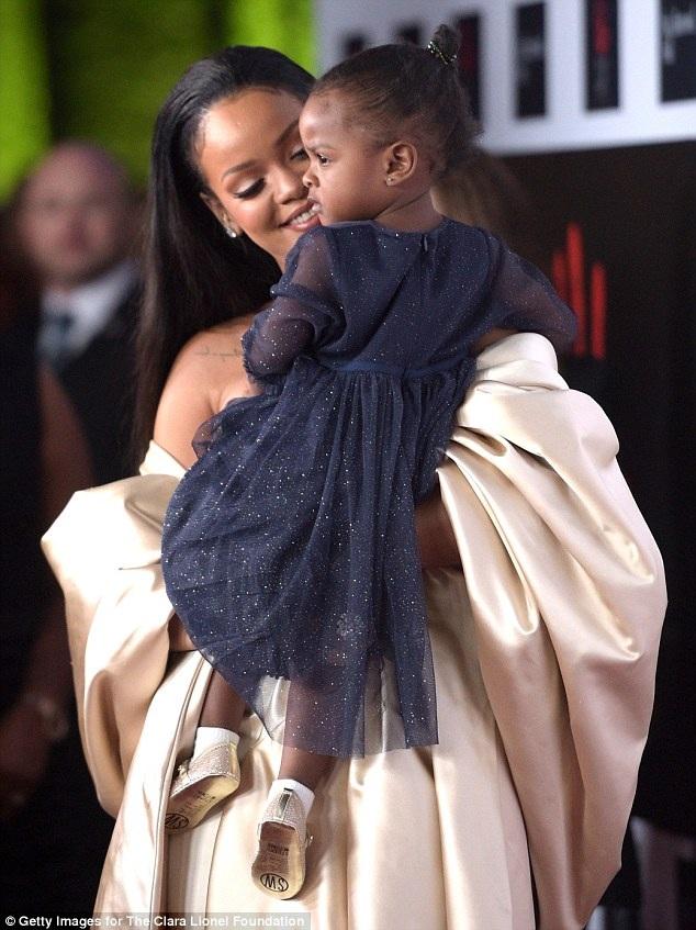 Rihanna cưng nựng cô cháu gái 18 tháng tuổi trên thảm đỏ của sự kiện.