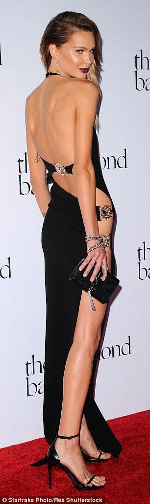 Người mẫu Isabella Lindblom gây sốc với váy xẻ táo bạo không nội y.