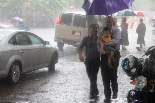 Gia đình Đại sứ đến chùa Quán Sứ đúng lúc cơn mưa tháng 7 trút xuống Hà Nội