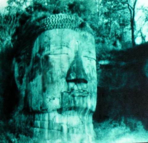 Bức ảnh Lạc Sơn Đại Phật nhắm mắt nhỏ lệ được chụp vào năm 1963