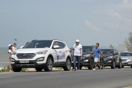 Xe anh Thành màu trắng dẫn đầu trong một hành trình của CLB SantaFe năm 2015