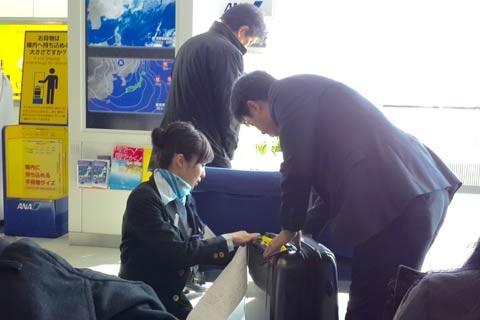 Thái độ phục vụ lịch sự và nhã nhặn của nhân viên mặt đất tại sân bay Chitose