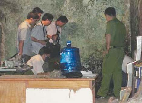 Lực lượng Kỹ thuật hình sự khám nghiệm hiện trường trọng án.