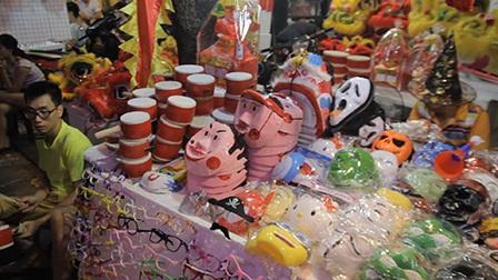Các hàng bán đồ chơi dân gian lâm vào cảnh vắng khách.