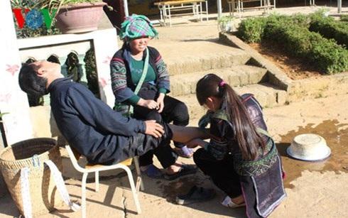 Một em gái bị lừa bán sang Trung Quốc phải lao động vất vả, bị bạo hành (cảnh trong vở kịch do bà con diễn xuất)