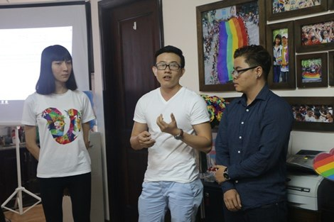 Những người chuyển giới công khai tại TP.HCM chia sẻ những trăn trở của mình trong chiều 27-11_Ảnh: Nguyễn Trà