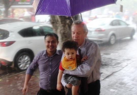 Đại sứ đưa con trai, bé Tabo đi cùng