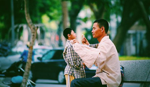 Người cha luôn âu yếm, ần cần chăm sóc con trai mình