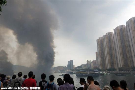 Các tàu bị cháy nằm cách bờ khoảng 200 mét.