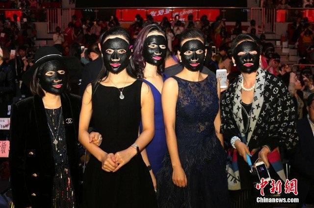 Hàng nghìn người đã đắp mặt nạ làm đẹp cùng một lúc tại thành phố Thượng Hải để lập kỷ lục thế giới về số lượng người cùng đắp mặt nạđông nhất thế giới.