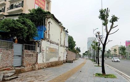 Do đó, hiện bức tường này vẫn tồn tại trên tuyến đường mới