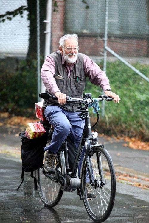 Ông David hăm hở đạp xe mang cà phê về nhà cho vợ.